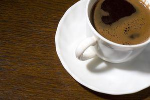 Perché il caffè macchia i denti?