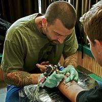 Si può bere alcol dopo aver ottenere un tatuaggio?