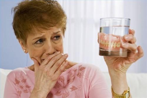 Come prendersi cura di protesi dentarie e ponti