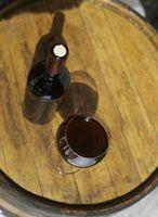 Come rimuovere un tappo da una bottiglia di vino senza cavatappi