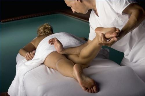Come Massaggiare la banda ileotibiale sulle gambe