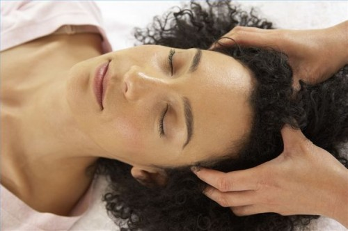 Come farsi un massaggio del cuoio capelluto
