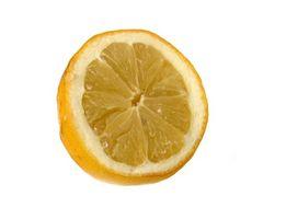 Come utilizzare il succo di limone sulle ginocchia scure